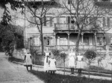 1895 entstand das Bild dieser fünf Ferienkinder vor der 1864 errichteten Villa Lauterbach, später 'Haus Hoheneichen' in Hosterwitz